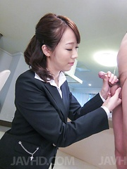 Hitomi Oki  is happy to see cum from penis rubbed with labia