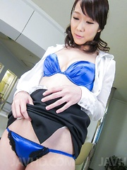 Hitomi Oki  is happy to see cum from penis rubbed with labia - Japarn porn pics at JapHole.com