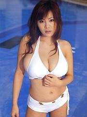 Yoko Matsugane in sexy bikini - Japarn porn pics at JapHole.com