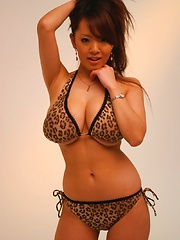 Hitomi Tanaka posing her huge breasts in leopard bikini - Japarn porn pics at JapHole.com