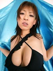Takeuchi Nozomi posing in black bikini. - Japarn porn pics at JapHole.com