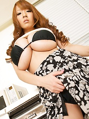 Sexy Hitomi Tanaka posing her natural giant tits inside her house. - Japarn porn pics at JapHole.com