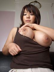 Busty asian Mitsuki An posing her natural big boobs - Japarn porn pics at JapHole.com