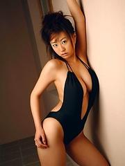 Hitomi Kitamura natural tits posing in a black swimming suite - Japarn porn pics at JapHole.com