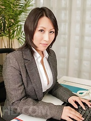 Yuuna Hoshisaki in office suit gets cum in palms after handjob - Japarn porn pics at JapHole.com