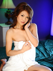 Arousing babe Runa Sesaki poses in a towel