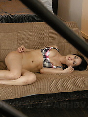 Handsome Maria Ozawa pleases herslef on couch