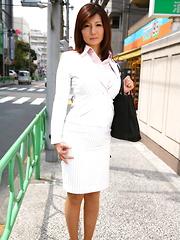 Sensual Sayuri Mikami exposes tits outdoor
