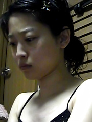 CATCHING A TINKLE - Japarn porn pics at JapHole.com